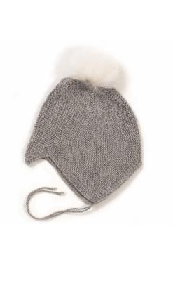 Huttelihut baby hjelm i alpaka uld. Hjelmen har 1 kvast i aplaka. Grå med hvid kvast.