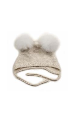 Huttelihut baby hjelm i råhvid alpaka. Hjelmen har 2 hvide kvaste.