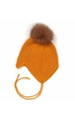 Huttelihut baby hjelm i alpaka uld. Hjelmen har 1 kvast i aplaka. Karry gul.