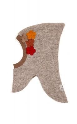Huttelihut elefanthue i lys brun uldfilt. Blomster på venstre side.