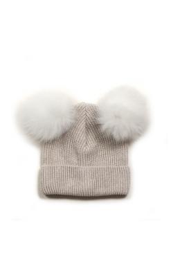 HUttelihut hue i råhvid uld. Huen har 2 kvaste i blød hvid alpaka uld.