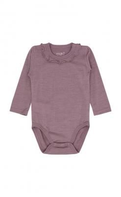 Langærmet body med fin flæsekant rundt om halsen. Bodyen er i gammel rosa uld silke. Hust & Claire.
