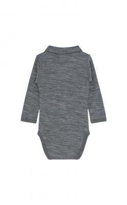 Langærmet body i grå melange uld bambus. Bodyen har en krave. Hust & Claire. Bagsiden.