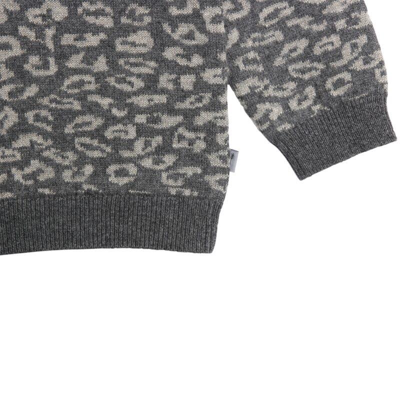 Bluse med leopardprikker og glimmer. Detalje af leopardprikker. Wheat.