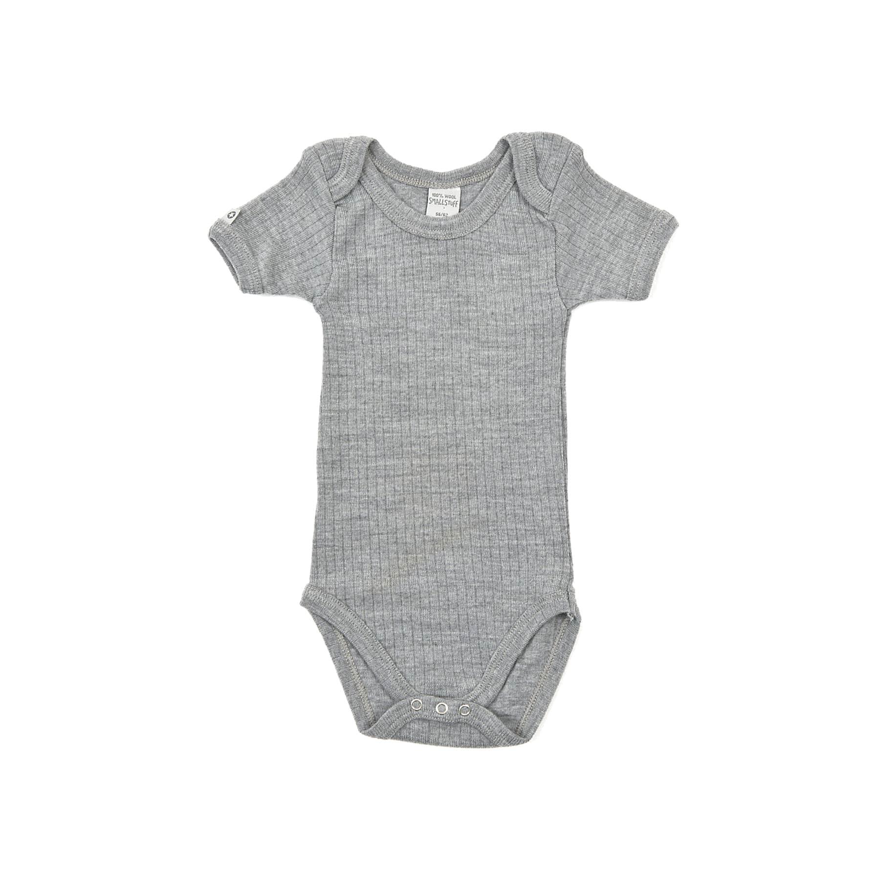 a7dee96dd2a Kortærmet body i uld til baby i elastisk ribstrik fra SmallStuff i grå