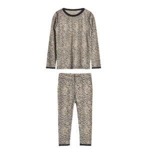 Sæt af nattrøje og natbukser til pige. Uld silke i leopard mønster og med blonder. Hust & Claire.