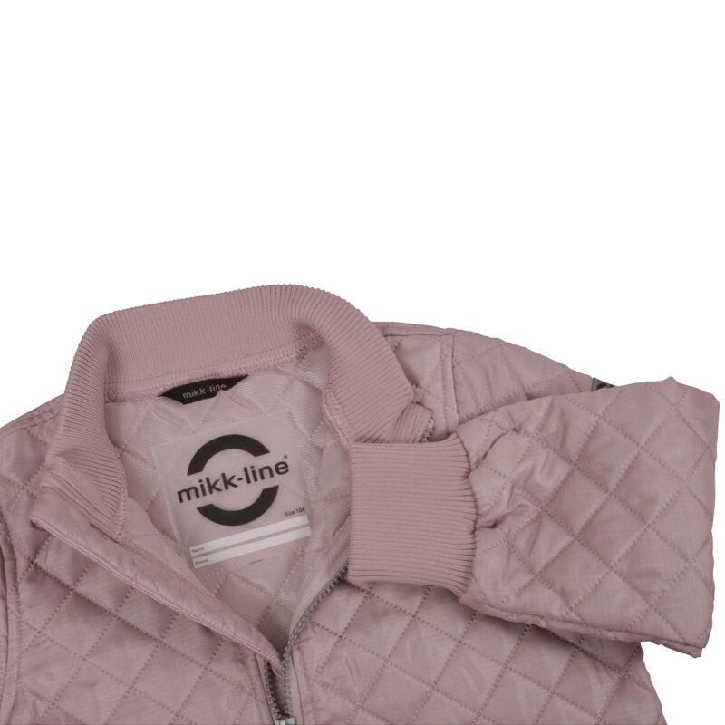 Mikk-Line termojakke i rosa. Detalje af hals.