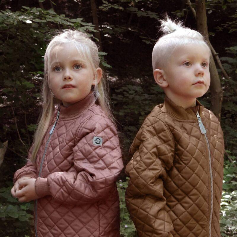 Situationsbillede af børn med Mikk-Line termotøj sæt på.