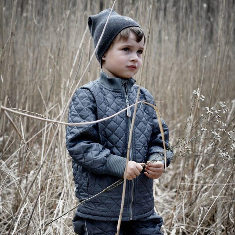 Situationsbillede af dreng med Mikk-Line termotøj sæt på-